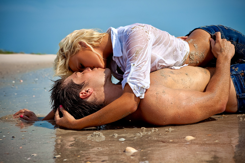 девушки на пляже целуются фото только